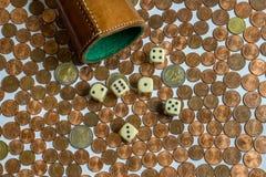 Pieniądze Uprawia hazard, kostka do gry filiżanka Obrazy Stock