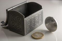 Pieniądze w błyszczącym srebra pudełku na stole Euro monety zapasy od różnych krajów Fotografia Stock