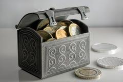 Pieniądze w błyszczącym srebra pudełku na stole Euro monety zapasy od różnych krajów Obraz Stock