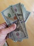 Pieniądze w ręce 100 dolarów obrazy stock