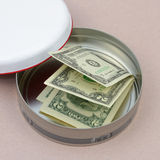 Pieniądze w round pudełku Zdjęcie Royalty Free