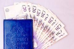 Pieniądze wydawać dla podróży na stole Obrazy Stock