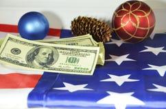 Pieniądze, zabawki i rożek na flaga amerykańskiej, Zdjęcia Stock