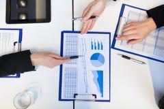 Pieniężna analiza: grupa biznesmeni przy pracą zdjęcia stock
