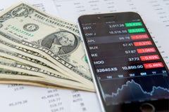 Pieniężna analiza, Smaetphone i USA dolary, fotografia stock