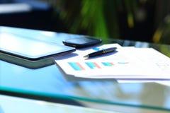 Pieniężne mapy na stole Fotografia Stock