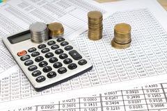 Pieniężne mapy, wykresy, monety, kalkulator na odosobnionym białym tle obraz stock