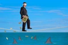 Pieniężnego ryzyka sukcesu balansowanie na linie Z zasłoniętymi oczami mężczyzna Zdjęcia Royalty Free