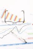 Pieniężnej analizy wykresy na biurku zdjęcie royalty free