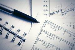 Pieniężnej księgowości rynku papierów wartościowych mapy i wykresy zdjęcia stock