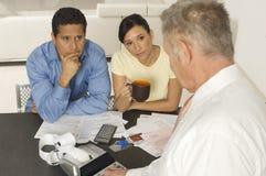 Pieniężny Advisor W dyskusi Z klientami Zdjęcia Stock