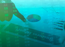 Pieniężny biznesowego raportu papier i rynków papierów wartościowych inwestorscy wykresy z ręką sporządzamy mapę Zdjęcie Stock