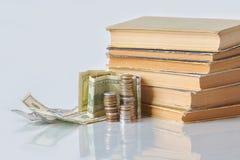 Pieniężny edukacji pojęcie - pieniądze: rachunki, monety, zdjęcie stock