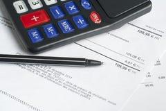 Pieniężny i budżet pojęcie Kalkulator, pióro i pieniężny dokument na biuro stole, Obrazy Royalty Free
