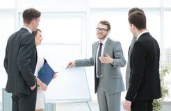 Pieniężny konsultant robi prezentaci nowy biznes zdjęcie stock