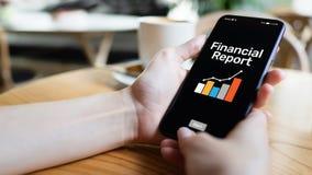 Pieniężny raportowy zastosowanie na telefonu komórkowego ekranie Cyfrowych bankowość i fintech pojęcie obrazy stock