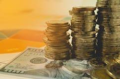 Pieniężny z sterta banknotem i monetą Pieniężny rynek papierów wartościowych Zdjęcia Stock