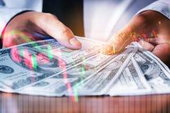 Pieniędzy Dolarowi rachunki na cyfrowego rynku papierów wartościowych pieniężnej wymianie wewnątrz Zdjęcie Stock