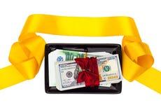 Pieniędzy prezenty na czarnego talerza i koloru żółtego faborku Zdjęcie Stock