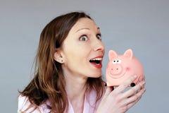 Pieniędzy savings kobiety mienia moneybox prosiątka pełny nadziei bank Zdjęcia Royalty Free