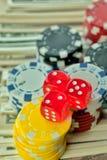 Pieniędzy układy scaleni i Uprawiać hazard karty zdjęcia royalty free