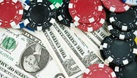 Pieniędzy układy scaleni i Uprawiać hazard karty zdjęcie stock
