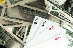 Pieniędzy układy scaleni i Uprawiać hazard karty obrazy royalty free
