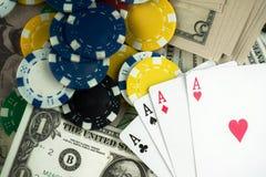 Pieniędzy układy scaleni i Uprawiać hazard karty zdjęcie royalty free