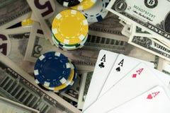 Pieniędzy układy scaleni i Uprawiać hazard karty zdjęcia stock