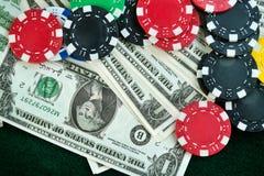 Pieniędzy układy scaleni i Uprawiać hazard karty fotografia stock