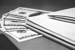 Pieniądze, pióro i notepad, Zdjęcie Royalty Free