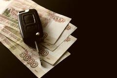 Pieniądze samochodu klucza prezent Zdjęcie Royalty Free