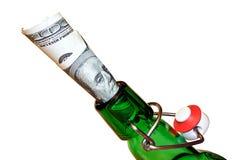 Pieniądze w szyi piwna butelka Obrazy Stock