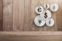 Pieniądze waluty symbolu obwieszenie na drewnianym tle Zdjęcia Royalty Free