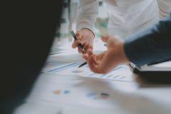 Pieni??ny doradca dyskutuje z inwestorem Ludzie biznesu spotkania Biznesmen pracuje z dru?yn? obraz royalty free