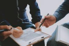 Pieni??ny doradca dyskutuje z inwestorem Ludzie biznesu spotkania Biznesmen pracuje z dru?yn? fotografia stock