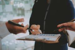 Pieni??ny doradca dyskutuje z inwestorem Ludzie biznesu spotkania Biznesmen pracuje z dru?yn? zdjęcie stock