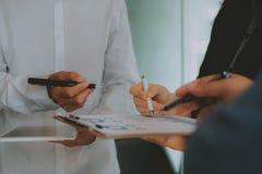 Pieni??ny doradca dyskutuje z inwestorem Ludzie biznesu spotkania Biznesmen pracuje z dru?yn? zdjęcia royalty free