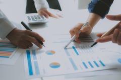 Pieni??ny doradca dyskutuje z inwestorem Ludzie biznesu spotkania Biznesmen pracuje z dru?yn? zdjęcia stock