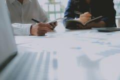 Pieni??ny doradca dyskutuje z inwestorem Ludzie biznesu spotkania Biznesmen pracuje z dru?yn? zdjęcie royalty free