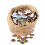 Pieniądze torba z monetami i banknotami odizolowywającymi nad bielem Fotografia Stock