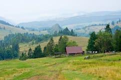 Pieniny小山的牧羊人房子,波兰 图库摄影