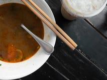 In pieno con una tagliatella tailandese di yum di gatto Fotografie Stock