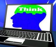 Piense en los problemas de Brain On Laptop Shows Solving en línea ilustración del vector