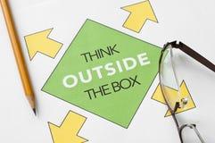 Piense fuera de la caja Foto de archivo