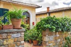 """Pienza, †de Itália """"22 de julho de 2017: Do italiano jarda típica agradavelmente na cidade antiga Pienza de Toscânia Imagem de Stock"""
