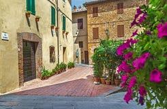 """Pienza, †de Itália """"22 de julho de 2017: Rua acolhedor velha na cidade antiga italiana Pienza Hora da sesta Fotos de Stock Royalty Free"""
