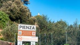 PIENZA, ITALIE - 15 AVRIL 2016 : Signe d'entrée de ville Pienza est a Photo libre de droits