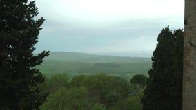 Pienza, mening van de Chiantiheuvels onder de cipresbomen met regen en mist stock videobeelden