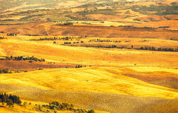 Pienza, paysage rural de coucher du soleil. Ferme de campagne et champ vert images stock